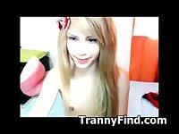 Webcam tranny shoves dildo