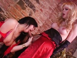 Sexy tranny sucked by titty chick