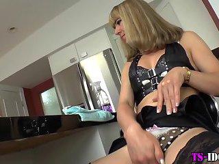 Trans babe fucks pussy
